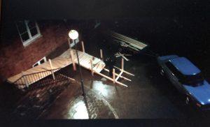Filmruta. Mörk natt, regn, brädhögar och en framväxande ramp som Ove snickrar.